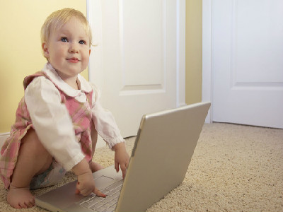 如何发现宝宝视力异常?试试对光反应